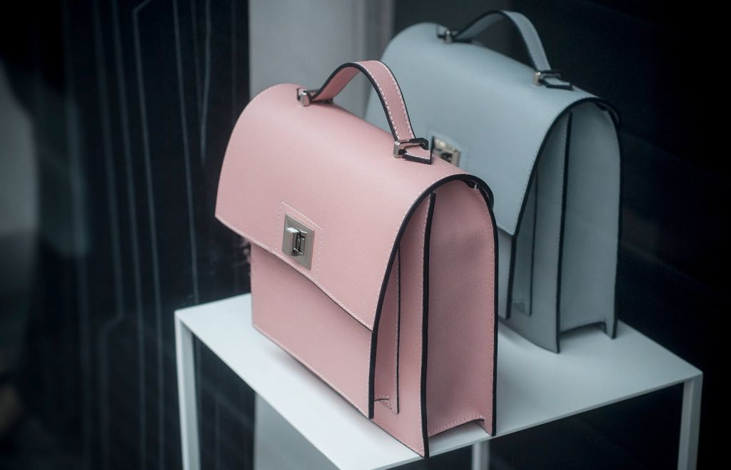 Cauti sa faci cadou o geanta de lux? MK, Guess, Moschino sau alte branduri in tendinte