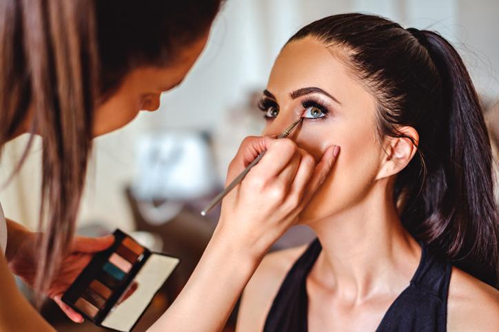 Idei de cadouri pentru o pasionata de make-up si frumusete care are de toate