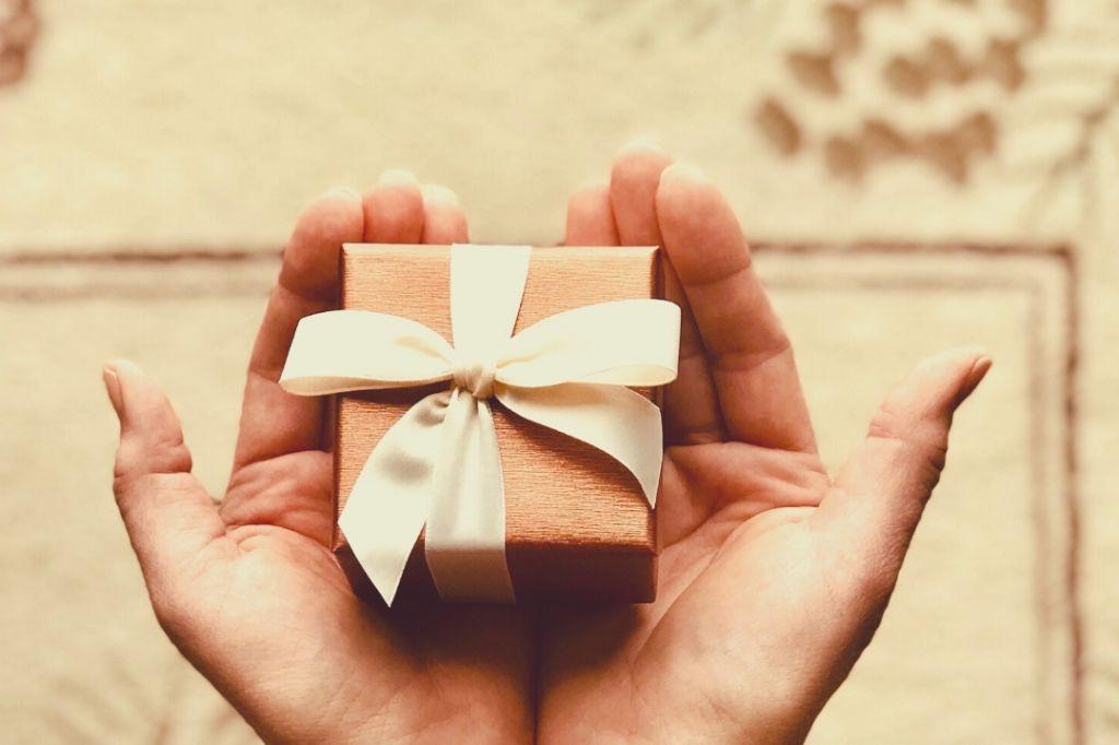 Cadouri pentru cei care au de toate - simbolice, funny sau de lux?