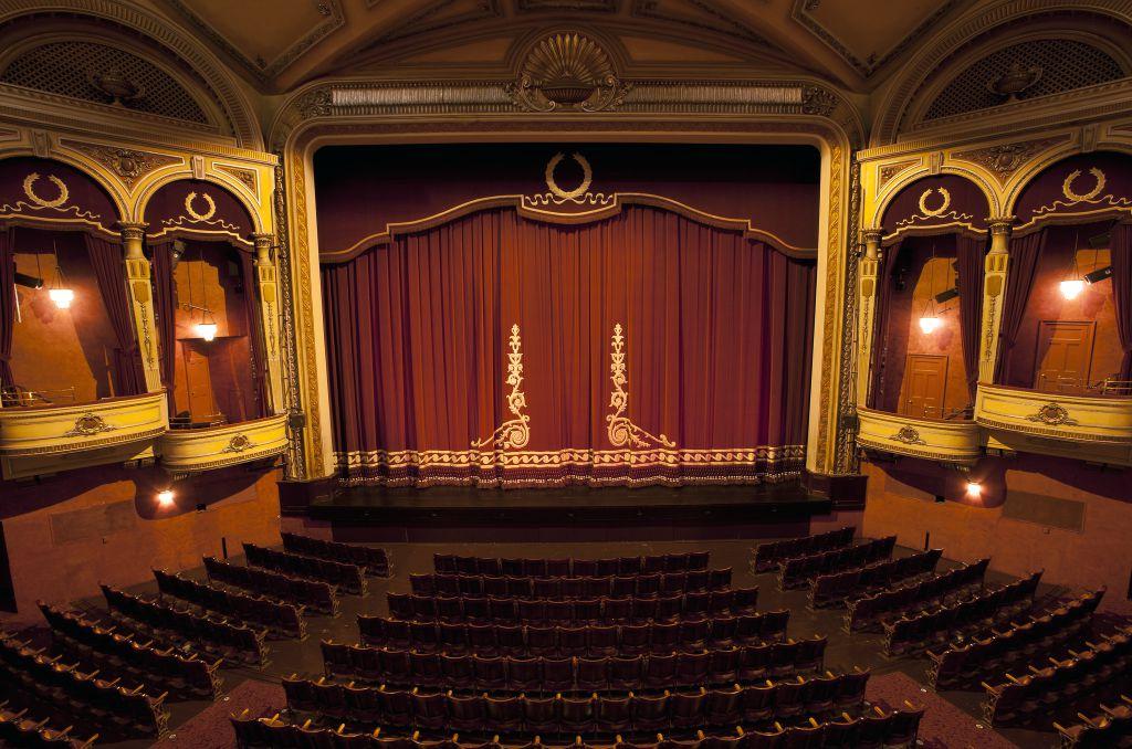 Cadouri pentru pasionatii de Teatru sau Film -  simbolice sau de lux