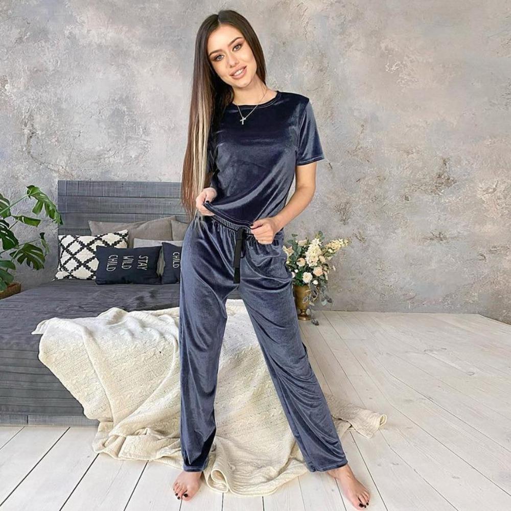 Pijamale din catifea pentru femei sau haine de stat prin casa din acest material