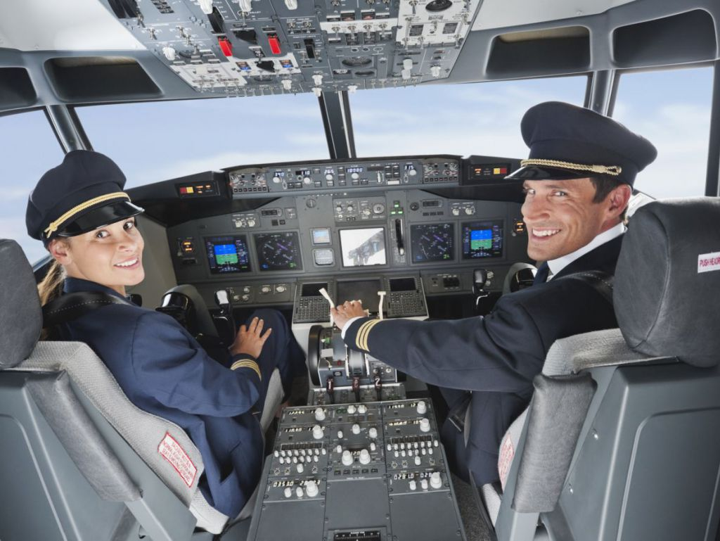 Cadouri pentru piloti si insotitorii de zbor - Simbolice sau de lux?