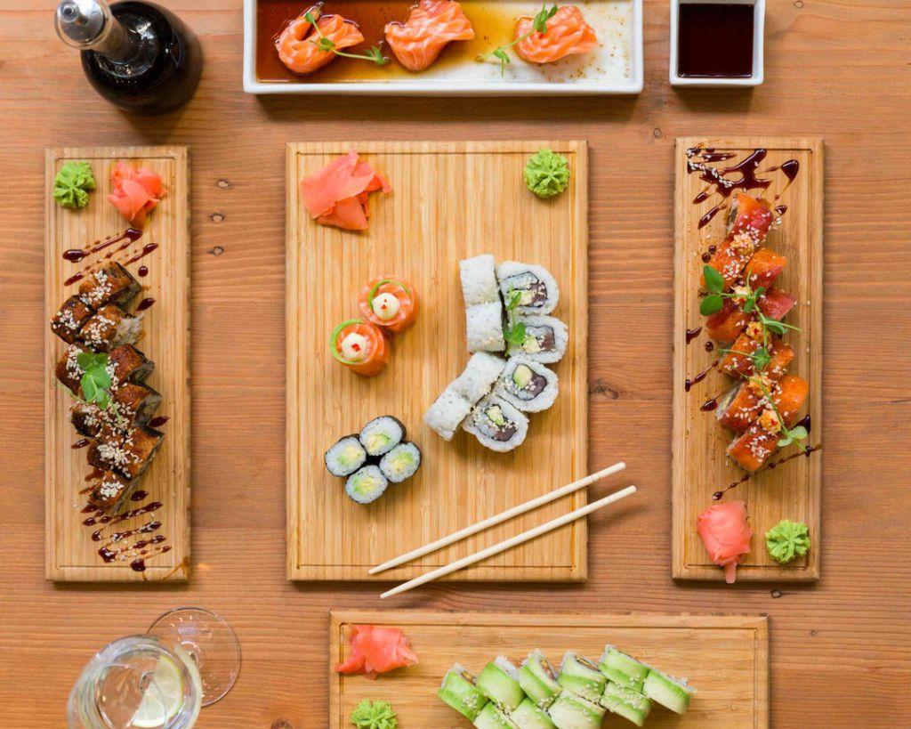 Cadouri pentru iubitorii de sushi: accesorii de gatit, platouri si altele